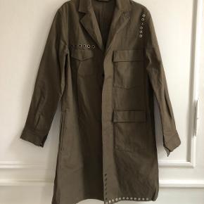 Sælger Acne Studios Message Jacket, Dark Khaki.Size 48 (M) Helt ny. NP: 8000  MP: 1000  Køber betaler fragt.