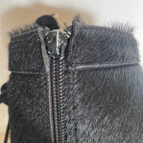 Bumper støvler med snører og lynlås. Bemærk at skyderen mangler på den ene lynlås, ellers pæn stand.