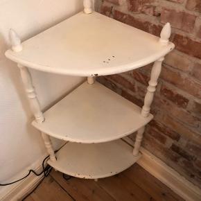 Hvidt trekantbord med rustik look, har nogle skrammer. Kan hentes på Amager