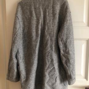 Fin overgangsjakke fra Envii i 40% uld og 60 % polyester. Så jakken holder godt på varmen trods den er tynd. Svarer til en str S/M, jakken er i god stand :)