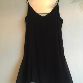Sort kjole med fine detaljer i skørtet. Den har lidt gennemsigtigt stof i siderne. Fin til efteråret og vinterens fester 💐