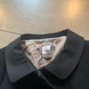 Jakke i uld Bytter ikke og prisen er fast Bredde:35 cm *2 Længde;39 cm Ærme fra armhule;30 cm