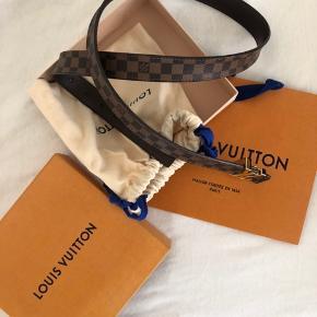 Louis Vuitton bælte på 90 cm. Er blevet brugt omkring 2 gange, derfor ingen tegn på brug. Skriv endelig for flere billeder. Jeg er bosat i Ringsted, men er ofte i Roskilde. Dustbag, æske og Louis Vuitton pose medfølger naturligvis.