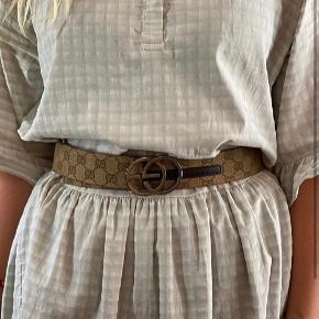 Gucci taljebælte - købt i Komma Aarhus  (Har vendt det forkert på billedet)   Måler 80 cm til yderste hul og 70 cm til det inderste!