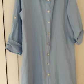 Skjorten er købt sidste sommer. Passer også en str. 40/42. Får den ikke brugt, kun prøvet på.