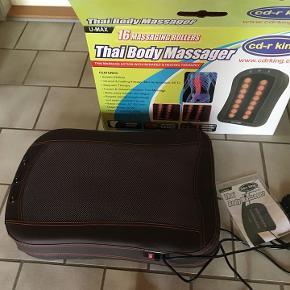 Luksus Shiatsu Massagesæde med 16 massageruller til en lækker, velgørende og muskelløsnende massage. Har fjernbetjening og flere forskellige funktioner for tempo og rotation. God til ryg- og lændesmerter.  Aldrig brugt..