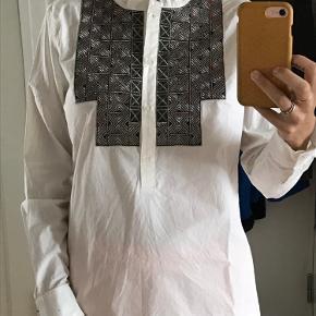 Aldrig brugt. Købt for 1000kr. Virkelig unik og flot hvid skjorte med flotte detaljer fortil.
