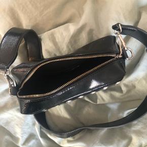 Sort læder hvisktaske med sølvdetaljer, brugt få gange så i virkelig god stand.