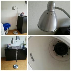 Fin aluminium lampe til salg  50 kr. Fungerer fint, dog er lampeskærmen lidt løs i det, men har den altid været :)   Befinder sig i Herning