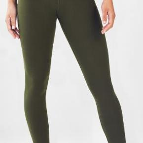 Brand: Fabletics Varetype: -=NYE=- High waisted solid powerflex 7/8 Størrelse: X-Large Farve: Dark Olive Oprindelig købspris: 520 kr.  You work hard, and your leggings should too. That's why we designed this stellar style that fights sweat on contact, stretches with your every move and protects you from the harmful sun with UPF 50+ technology.  Features All-way Stretch Chafe-Resistant Hidden Pockets Moisture-Wicking UPF Protection