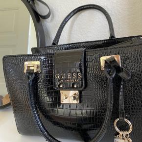 Sælger denne flotte Guess taske, da jeg ikke får den brugt. Som ny - ingen fejl eller mangler.