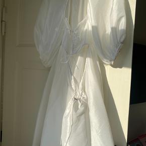 Der er en lille plet nederst på kjolen bagpå, ved ikke hvad det kommer fra. Uk str 6, men en str 36 kan sagtens passe den