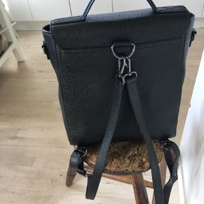Superfed rygsæk som også har skulderrem så du kan skifte. I flot kraftigt præget skind, købt hos sinnerup og ny med prismærke. Superflot taske med mange muligheder