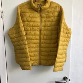 Skøn letvægt jakke Helt ny med mærker  Længde 65 Brystvidde lukket 130