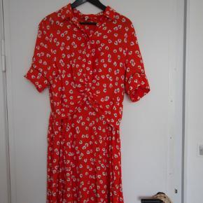 Har kun brugt denne fine kjole 2 gange. Ny pris var 1400 kr.