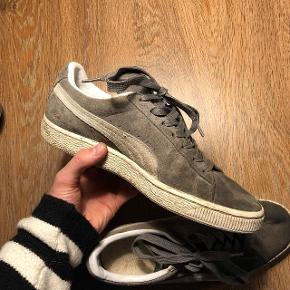 PUMA Suede. Klassisk skater sneaker i grå. Skriv endelig ved tvivl.
