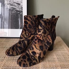 Smukke støvler  Brugt 5-6 gange, ses kun på sål, ikke selve støvlen  Bytter ikke  Str hedder 41, men svarer til 40 Sælges billigt