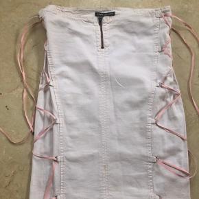 Smart og anderledes nederdel fra versace jeans. Det er tyndt og let denim.  Det er en italiensk str 42 som vil svare til en str 36, en lille 38.