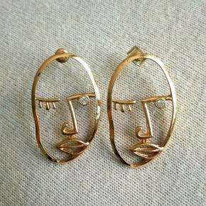 """Fine """"guld""""ansigtsøreringe med en klar similisten som øje Prisen er fast  Metal, ikke ægte guld/sølv"""