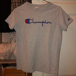 BYD GERNE! T-shirten har ingen brugsspor.