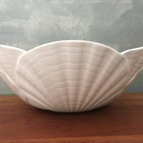 Smuk Villeroy & Boch serveringsskål fra serien Ocean Weiss i bone White porcelæn.  Ø: 25 cm H: 9 cm Perfekt stand 175kr Sendes eller leveres til Århus/Kbh mod forudbetaling.