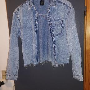 Sælger denne fine cowboy skjorte/jakke. Brugt 1 gang.  Befinder sig i Fjelsø. Kan også sendes med DAO.
