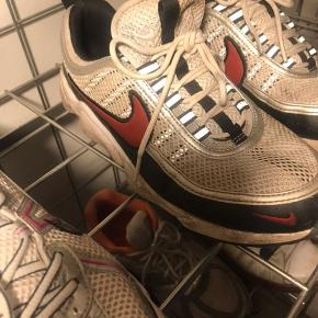 """Model: Nike Air zoom spiridon """"pure platinum desert red"""" Sælges da jeg ikke længere får dem brugt. Sælges billigt da de ikke har for godt af at gå i regnvejr.. de begynder nemlig at sige nogle pive lyde. Men ellers er de mega fede og siger ikke nogen pive lyde i tørvejr:)) Byd endelig"""