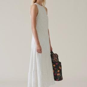 Smukkeste stribet kjole fra Ganni. Har dog få små sorte pletter forneden samt et mindre hul bagpå, som nemt kan laves hos skrædderen. Dog ikke at bemærke. Købspris: 3500 kr.