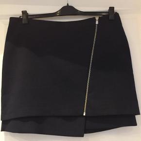 Brand: HM Varetype: Nederdel Størrelse: 44 Farve: Mørkeblå  Livvidde 93 cm        Længde 43 cm        Brugt 1 gang