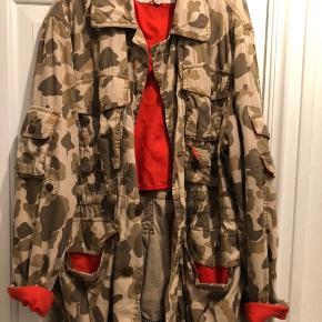 Camo jakke, købt i urban outfitterts i New York.  Mærker hedder Koto.  Str Large, passer s-L alt efter look. Er selv s/m, og den er oversize på mig.