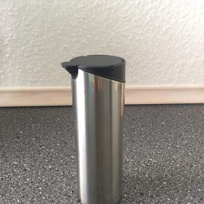 Fin lille fløde-/mælkekande fra Royal Copenhagen i rustfri stål. Velholdt og uden brugsskrammer.