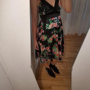 """Super sød, blomstret sommerkjole fra VILA. Materiale: Polyester men i det der """"satin""""-materiale.   Kjolen er en str. small, men jeg er selv en medium og kan sagtens passe den.  En smule slid hist og her efter brug men ikke noget af betydning.  Kan afhentes på Nørrebro eller sendes med DAO gennem Trendsales."""