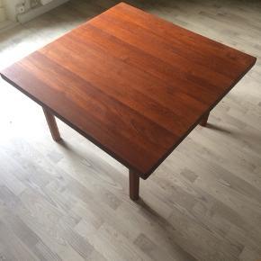 Fint teaktræsbord. Gedigent håndværk. Dansk produceret.