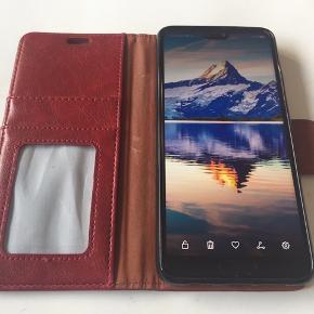 Huawei P20.  Da denne nye P20 Midnight Blue med 64 GB ikke var mig, sælger jeg den. Der er mulighed for ekstra simkort eller memorycard, original kasse, Quick Charge oplader, cover og ubrugte høretelefoner medfølger. Den har ingen ridser eller mærker og den kan hentes i Kolding