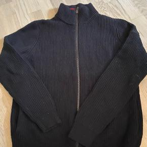 Dejlig varm sweater fra Hugo Boss. Brugt og sælges derfor billigt.  Tjek mine andre annoncer, har en del brugt pg nyt til salg.