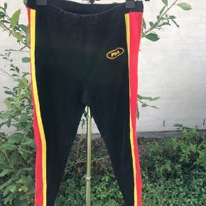 Fila leggings med røde og gule striber  Str XL Byd gerne