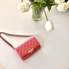 Smukkeste pink Chanel taske / wallet on chain i grained calf skin (som Caviar).   Guld hardware og med fantastisk flot lås.  Pose, æske, dustbag, kvittering og authenticity card medfølger.  Købt i København for halvandet år siden. Taskens pris er steget cirka 2000 kr. siden jeg købte den (den har netop været til salg i rød hos Chanel).    #30dayssellout