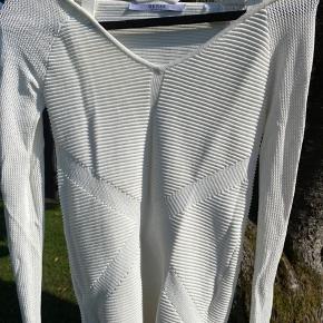 Hvid Guess trøje, sælges da jeg ikke får den brugt.☺️