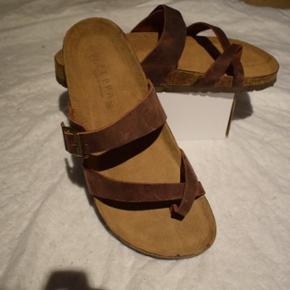 Et par helt ubrugte sandaler fra Vietnam I str. 42. De er håndlavet og da de er for store til mig og transporteret fra Vietnam, bliver jeg nødt til at sælge dem her. De er 27,5 cm fra hæl til spids.