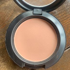 Mac Powder Blush i Harmony. Flot brunlig blush, som også kan bruges til contour. Brugt en gang. Np: 199 kr.  🌿 Sender med DAO  🌿 Kan afhentes i Odense C 🌿 Bytter ikke