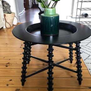 Fint lille sort rundt bord.  Pladen kan tages af benene. Med en smule brugs tegn.