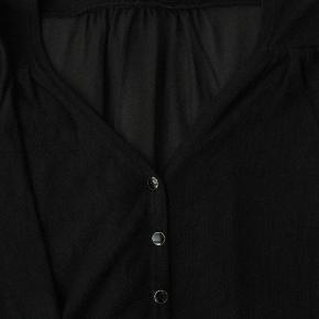Smuk cardigan med transparent ryg. Materialeangivelsen er klippet ud.  Ikke brugt meget, så i fin stand.  Brystmål ca. 2x48 Længde fra skulderen og ned ca. 56  Jeg tager desværre ikke billeder med tøjet på.