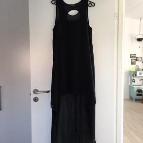 Sort kjole med underkjole. Længere bagtil en foran.