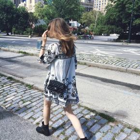 Smuk sommerkjole. Købt i New York for et par år siden og brugt et par enkelte gange. Mærket er Endless Rose. Passer en str s/m