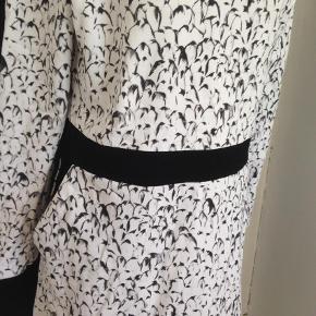 Varetype: Andet Farve: Hvid,Sort Hvid Prisen angivet er inklusiv forsendelse.  Jersey i let kraftigt stof. Eget design. Ny.  Æg = 52 cm Længde = 97 cm