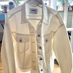 Super flot denim jakke fra WEEKDAY. ALDRIG BRUGT:   Nypris 480kr  Økologisk bomuld  Design: GRAND DENIM JACKET