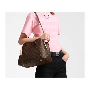 🌸MONTAIGNE MM, monogram canvas🌸 🚨‼️LÆS BESKRIVELSEN‼️🚨  •Louis Vuitton taske (L:33x H:23x B:15cm)  •næsten som ny (brugt få gange)  •lidt brugstegn på stroppen.  •Medfølger kvittering  •medfølger dustbag, og kassen  •skriv for flere billeder  Nypris hos LV: 14.900kr   🚨hvis der bydes så kom med realistisk bud, og byd kun hvis du er interesseret💕  Kan mødes i Kbh, og forhandler kun f2f 🌸