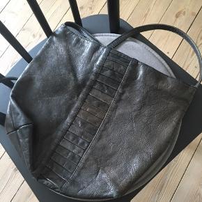 Gammel Bel Sac lædertaske. Lynlåsen svigter nogle gange, men kan laves (derfor den lave pris).   Mål: - ca. 30 x 32 cm (selve tasken) - stropperne er 40 cm (kan laves længere)