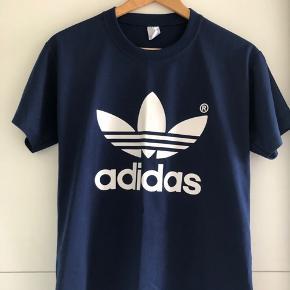 T-shirt med ADIDAS logo på i navy.  - Den er ikke ægte, da den blev købt på et marked i Tyrkiet‼️