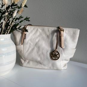 ✨lækker Michael Kors taske, brugt få gange✨  BYD og skriv for spørgsmål eller flere billeder🌸